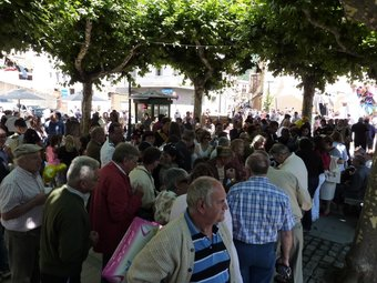 Els veïns de Ribes, a la foto un grup a la plaça del Mercat, no sumen prou encara per mantenir el nombre de regidors. J.C