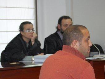 L'acusa durant el judici i darrere, els seus lletrats, Benet Salellas i Mònica M.À.P