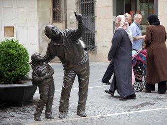 La immigració serà un tema candent, sobretot al Vendrell. A la imatge, veïns d'origen divers a la plaça Vella del Vendrell. J.F