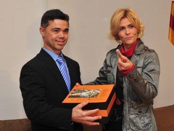 Tibau rep de Pruna la documentació i els balanços d'activitat com a nou secretari general de l'Esport.  JORDI ESTRUCH / SGE