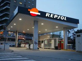 Una benzinera (on el preu de la gasolina torna a pujar i bat el seu rècord) de Repsol (de la que Catalunya Caixa s'ha venut la participació).  L'ECONÒMIC