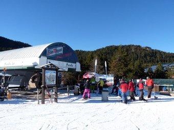 Tot i el fre intens als Pirineus, la neu és molt escassa i la poca que hi ha és artificial. EL PUNT