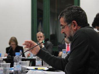 El portaveu d'ICV-EUiA, Alfons Barreras, parla davant la mirada de l'alcalde, Miquel Buch, dijous al ple. G.A