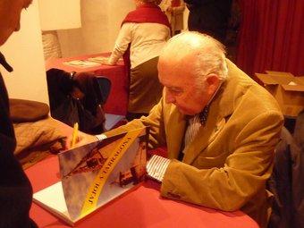 L'autor, Josep Maria Jujol fill, va signar dijous diversos exemplars al vestíbul del Teatre Metropol. A.P