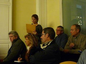 Helena Solà llegint el contingut de la moció un cop acabat el ple de gener de Cerdanyola. C.A.F