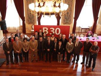 Els signants de la declaració, ahir al migdia, al Teatre Principal de Sabadell E.A