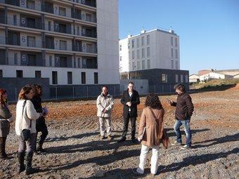 Jordi Pardo i Javier Montes, amb els periodistes al solar de La Clota on es faran les sessions de formació. C.A.F