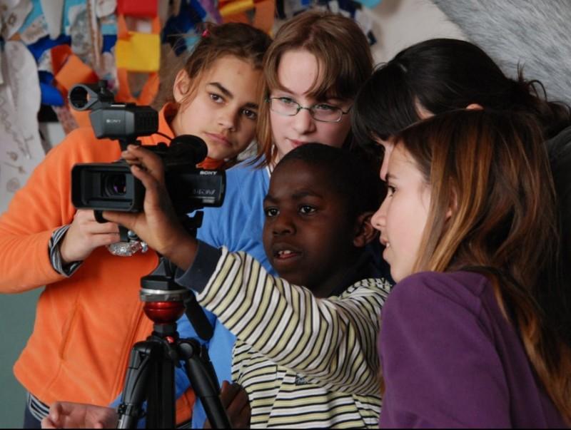 Els alumnes de l'escola de Bordils fan pràctiques de fotografia i cinema.  ARXIU