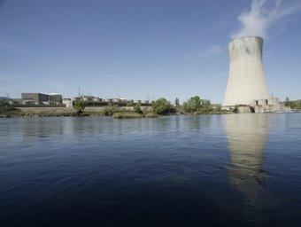 El riu Ebre a l'altura de la torre de refrigeració de la central nuclear d'Ascó. TJERK VAN DER MEULEN