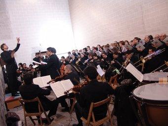 A l'esquerra el concert de la Missa de la coronació des del cor de l'església de Sant Joan i, a la dreta, el retorn al cambril de la imatge de la Candela. A. ESTALLO / D. BALAGUER