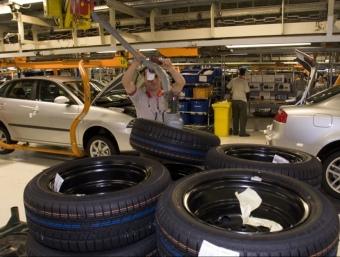 Operaris treballant a la fàbrica de Seat a Martorell MANOLO GARCÍA /ARXIU