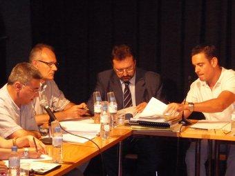 Imatge d'un ple de Tordera, amb l'alcalde Garcia a l'extrem dret i Josep Romaguera, cap del PSC, a l'esquerra. T.M