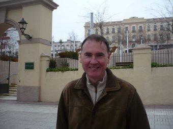 Àlex Acero, fotografiat a l'entrada de l'edifici del Xifré, el centre neuràlgic del poble. E.F
