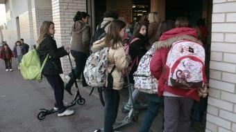 Alumnes de primària a l'entrada d'un centre escolar de la ciutat de Barcelona