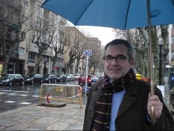 Jordi Pera, fotografiat ahir a la tarda al tram baix de la riera estrenat recentment. E.F