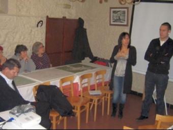 Laura Martínez i Javier Montes durant la reunió amb els veïns de Can Cerdà. J.R. URBANO