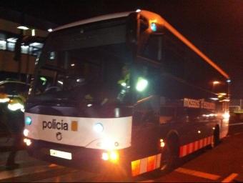 L'autobús que traslladava els presos fins a Olot al costat d ela comissaria. JOAN GUIRADO