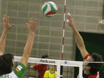 Aleksandar Stevovski fa un toc de dits per superar el bloqueig en el partit d'ahir.  OLÍVIA MOLET