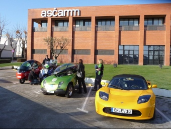Els tres vehicles de l'esquerra estan competint i el de la dreta és de l'organització. C.A.F