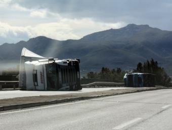Marsal, Jordi - ACN · ID 29971/560875Dos camions bolcats pel vent a la carretera N-340, al seu pas per Amposta JORDI MARSAL / ACN