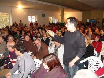 Assemblea d'afectats pel tancament de la tèxtil Fibracolor.  LLUIS MARTÍNEZ