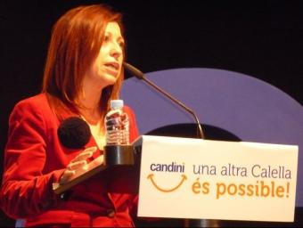 Montserrat Candini adreçant-se al públic que omplia el teatre Orfeó de Calella dijous al vespre. T.M