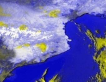L'àrea de Catalunya abans i després de la nevada, en unes imatges del satèl·lit Meteosat processades pel Servei Meteorològic de Catalunya. EUMETSAT, 2010