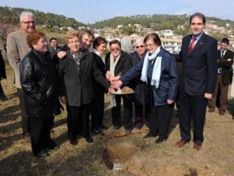 Antoni Fogué, l'alcalde de Mediona, Servand Casas, i diverss veïnes llançant terra per tapar la primera pedra de la variant Carles Romaní