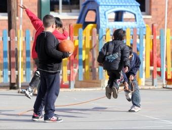 Alumnes de l'escola Les Fontetes de Cerdanyola del Vallès juguen al pati del centre ORIOL DURAN