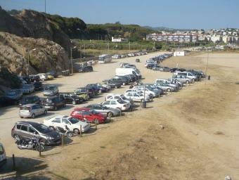 Imatge de la platja del Cavaió l'estiu passat plena de cotxes. E.F