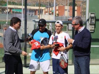 Andreu, president del Club Gimnàstic, i Ballesteros, alcalde de Tarragona, lliuren els trofeus a Montiel i a Gauna.  EL 9