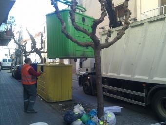Bosses a terra amb etiquetes al carrer d'Avall, un dels focus negres d'Arenys de Mar. E.F