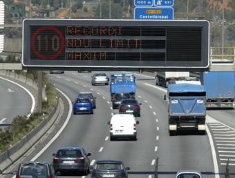 Imatge d'un panell lumínic , ahir amb el nou límit de velocitat màxima, a la AP-7 a l'alçada de Castellbisbal JUANMA RAMOS