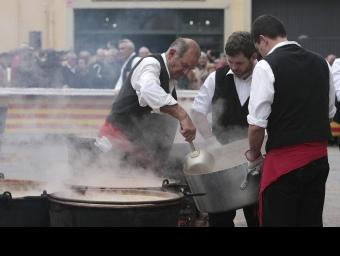 Servin el tradicional ranxo de Vidreres LLUÍS SERRAT / IRENE RIGAU