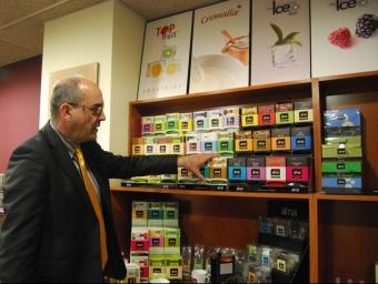 David Montero davant dels dispensadors d'infusions i tes de la marca Alma. I.BOSCH