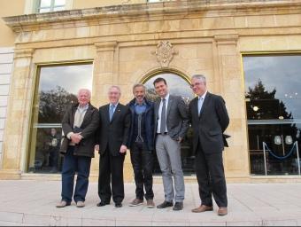 Els actors amb el president de la Diputació, Josep Poblet, i el gerent del Patronat de Turisme, Octavi bono. EL PUNT