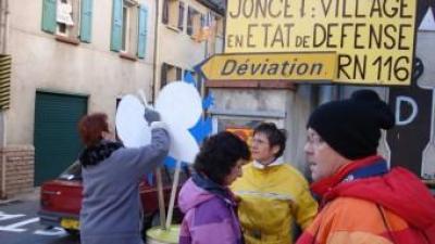 Una de les manifestacions de l'Associació pel Desviament de Joncet a la carretera que travessa el poble del Conflent A.R
