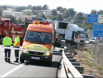 El sinistre va tenir lloc diumenge al matí al quilòmetre 1.172 de l'N-340 en sentit sud, al terme de Tarragona. El cotxe en què viatjaven les quatre víctimes va envair el carril contrari i va xocar contra un camió. O. M