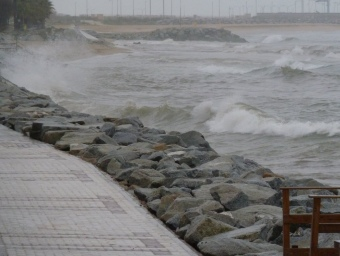 Les onades picaven contra el mur de protecció del passeig marítim, ahir a la tarda a Premià de Mar. G.ARIÑO