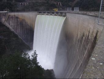 El pantà de Susqueda vessa aigua per la part de dalt de la presa. ARXIU