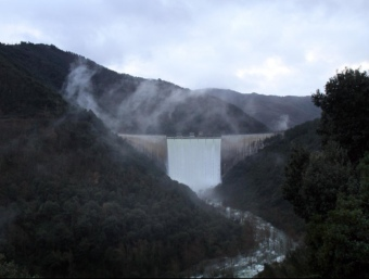 La presa de Susqueda, vessant per la part superior ahir a la tarda. JOAN CASTRO / CLICK ART FOTO