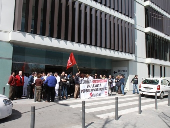 Les desenes de concentrats, ahir al migdia, a l'entrada de l'hospital sabadellenc E.A
