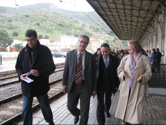 Una imatge de la visita ahir dels eurodiputats a Portbou, amb l'alcalde i el delegat del govern.