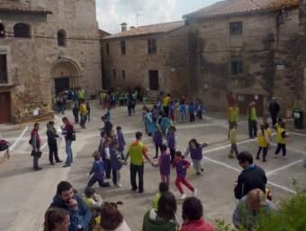 La plaça de l'Església d'Esponellà , amb alguns dels participants al Rodajoc, ahir al matí. R. E
