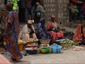 Unes dones venen aliments a un mercat de Tumbuctú (Mali).  FRANCESC MUÑOZ
