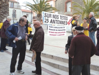 L'associació UMPLO recollint adhesions aquest diumnege passat al centre del poble. UMPLO