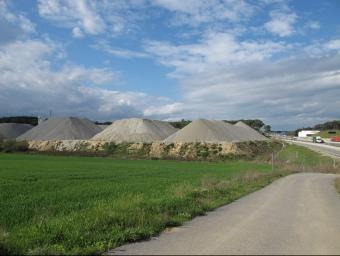 La planta d'asfaltatge situada al costat de la carretera N-II J.N