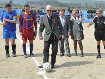 Antoni Ramallets fent la sacada protocol·lària del partit de veterans entre el Barça i el Mediona AJUNTAMENT DE MEDIONA