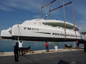 L'Eco Slim , el catamarà propulsat per energies renovables més gran d'Europa, a punt de ser posat a l'aigua al port d'Arenys de Mar. LL.A