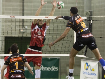 El gegant Cáceres en el partit de la primera volta.  T. MEULEN
